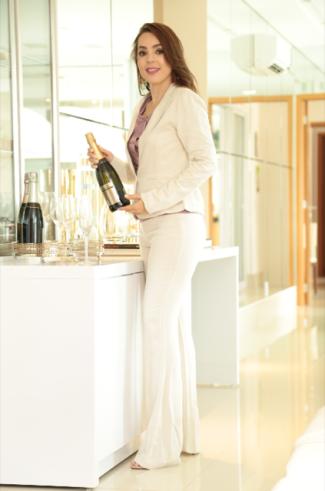 A empresária Tatiana Ribeiro inaugurará no Buriti Shopping a primeira filial de sua loja Vivassa Multimarcas com coquetel dia 06 de Abril.
